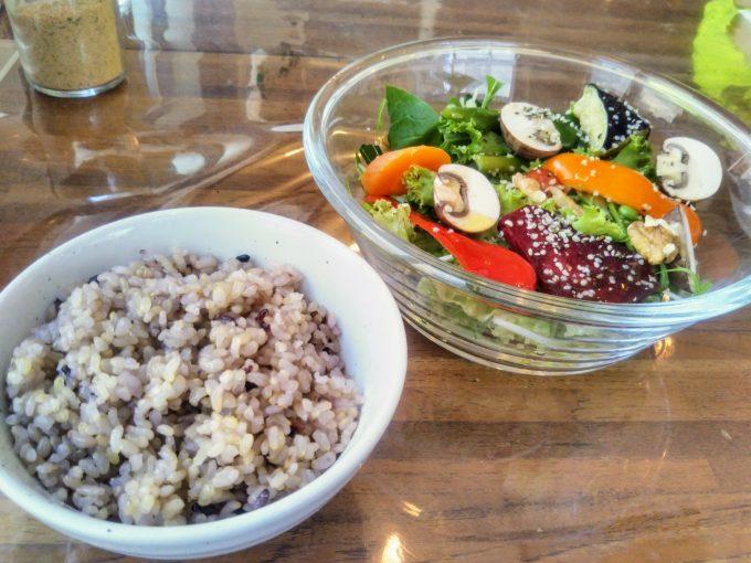 ナーリッシュナーリッシュサラダランチと雑穀米