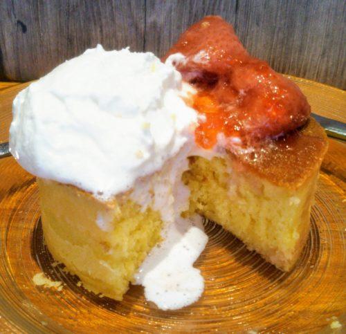 イチゴのパンケーキを切ったところ