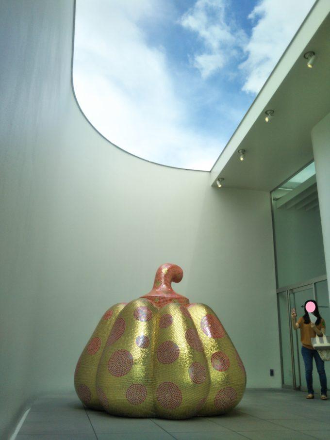 草間弥生美術館5F屋外に展示されている水玉模様のかぼちゃの大きさにビックリ!?
