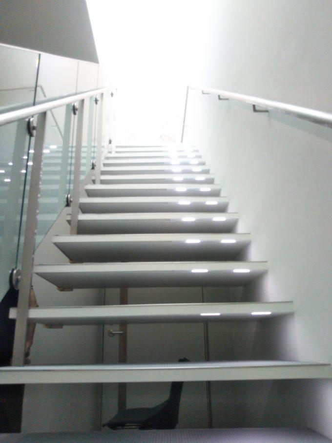 4Fから5Fへと続く階段