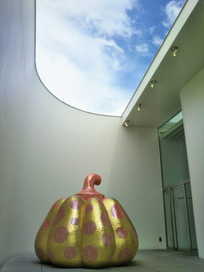 5F屋外に展示されている水玉模様のかぼちゃ