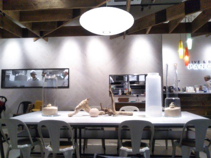 酒々井プレミアムアウトレットのJ.S. PANCAKE CAFEテーブルには流木や貝など海のモチーフ