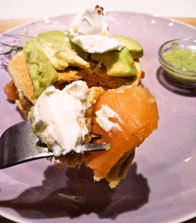 酒々井プレミアムアウトレットのJ.S. PANCAKE CAFEのアボガド&サーモンのパンケーキにチーズをのせてひと口サイズで!