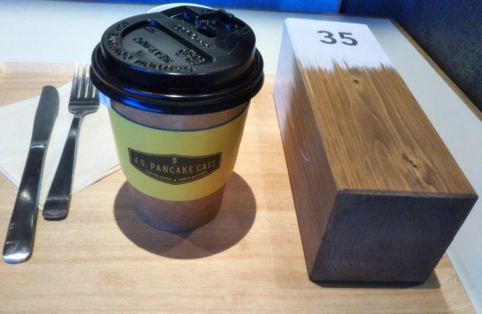 酒々井プレミアムアウトレットのJ.S. PANCAKE CAFEのアボガド&サーモンのパンケーキ待ちの木の棒とブレンドティー