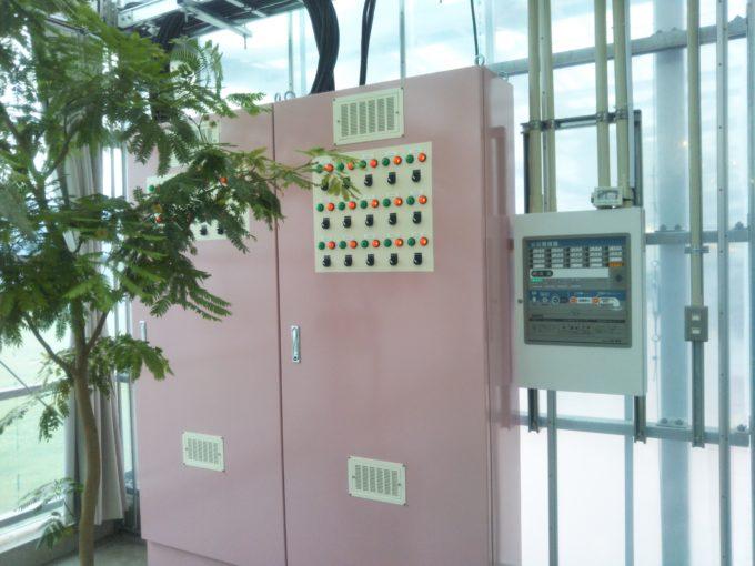 ストロベリーファームの入口付近で電気の管理をしているボタンが並んだもの