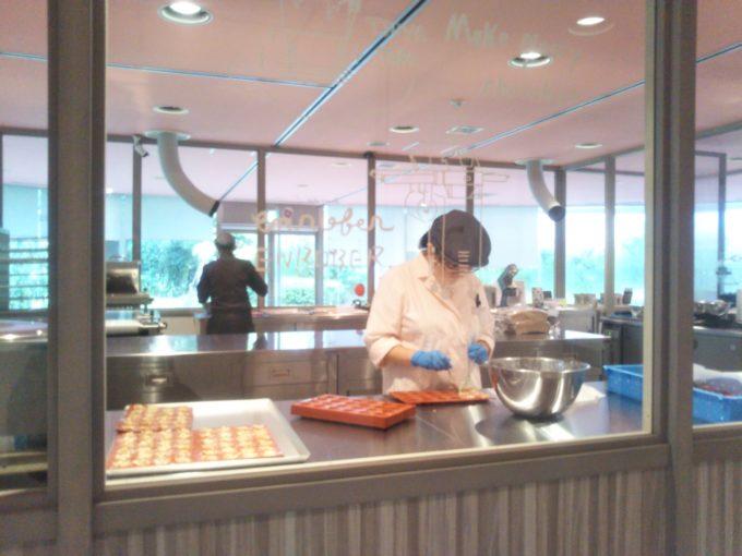 東京ストロベリーパーク イチゴラボではお菓子作り真っ最中
