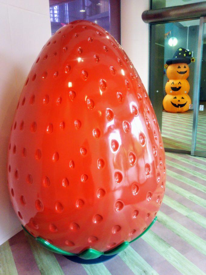東京ストロベリーパークに入るとイチゴのオブジェがお出迎え