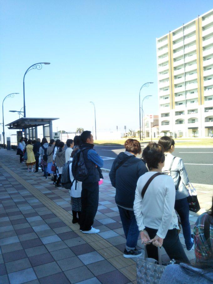 JR袖ヶ浦駅北口バス停前には行列が出来てました