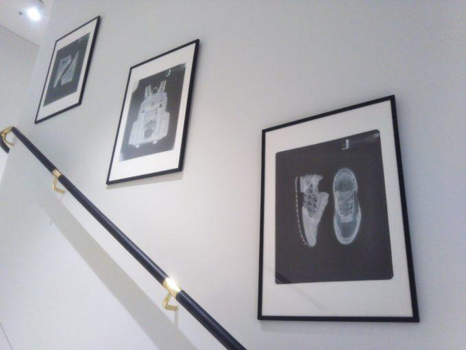 bally銀座1Fから2Fへと続く階段にもX線の作品が展示