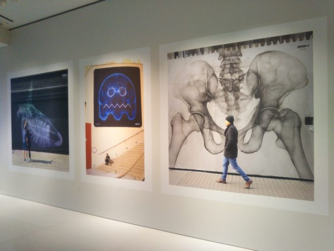 bally銀座SHOK-1の展示作品 巨大作品がストリートのなかに溶け込んでます