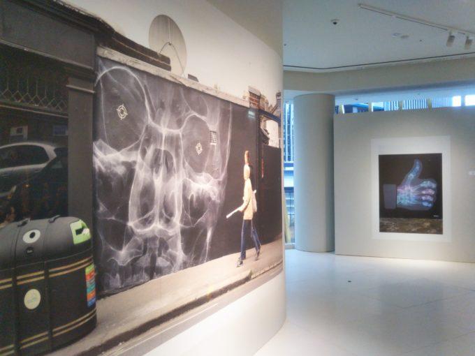 bally銀座SHOK-1の展示作品は頭がい骨が通行人を見ている!
