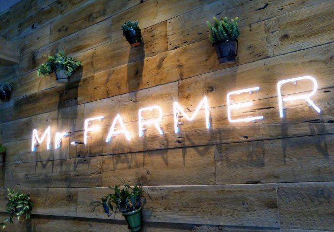 ミスターファーマー(Mr. FARMER)木更津の壁にはお店のロゴが光ってます!