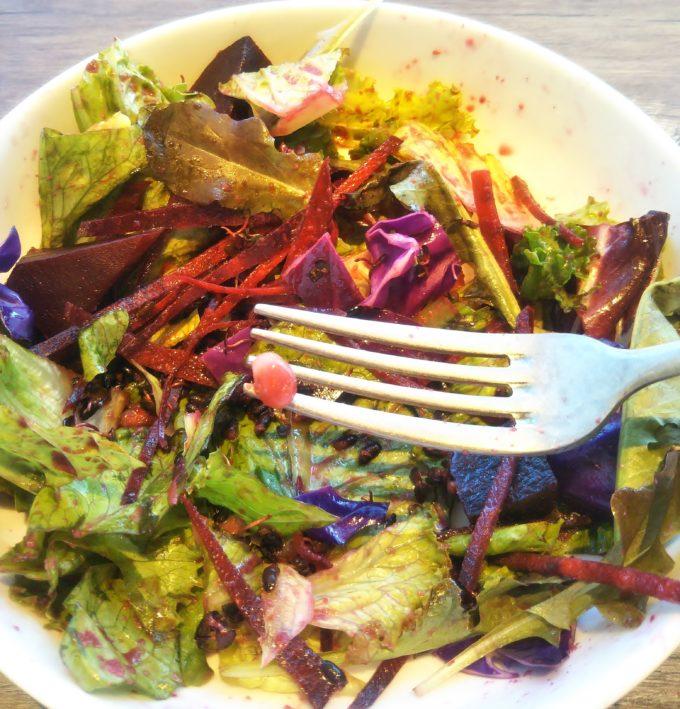 三井アウトレットパーク木更津 ミスターファーマー(Mr. FARMER)でヴィーガンパープルサラダの中から噛むと固くて甘い食感のものが・・・