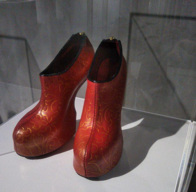 舘鼻 則孝の展覧会(銀座)ヒールレスのブーティーは朱赤色と模様が和の雰囲気