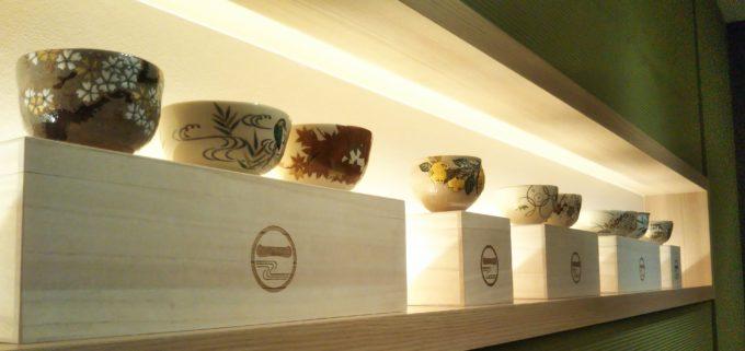 茶匠 清水一芳園の店内奥の席には宇治抹茶色の壁に茶器のディスプレイがより引き立ってます!