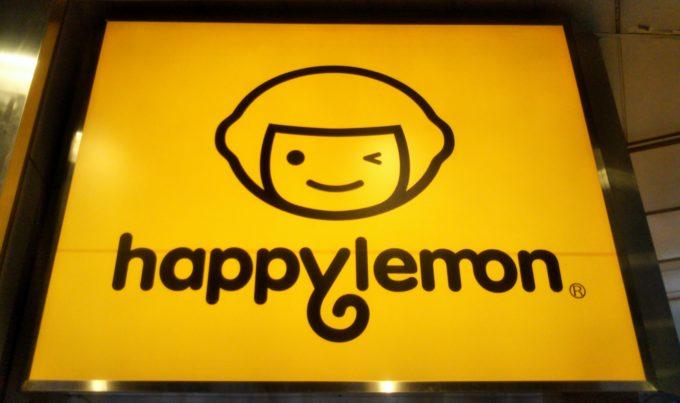 ハッピーレモンの看板には公式キャラクターのレモンボーイがウインク!