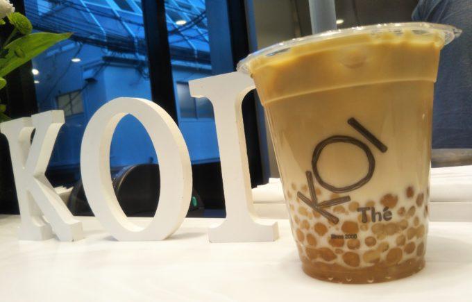KOI×KOI、お店ロゴとタピオカミックスセイロン紅茶ラテのボトルを合わせてみた