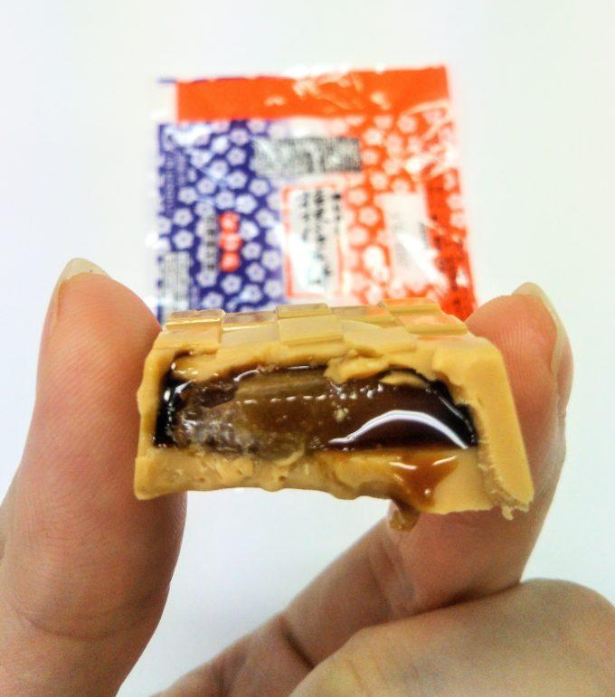 チロルチョコ桔梗信玄餅のなかからとろ~り黒蜜が・・・