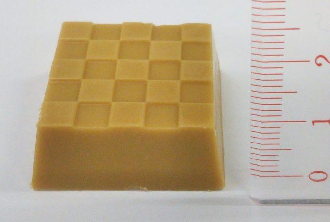 チロルチョコ桔梗信玄餅の高さは約8~9mm