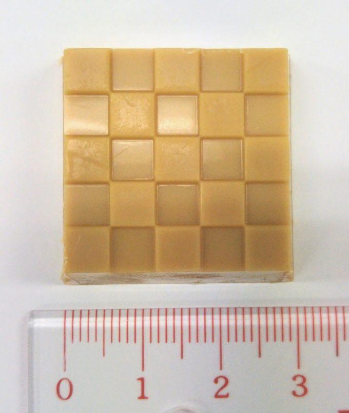 チロルチョコ桔梗信玄餅の横は約3cm