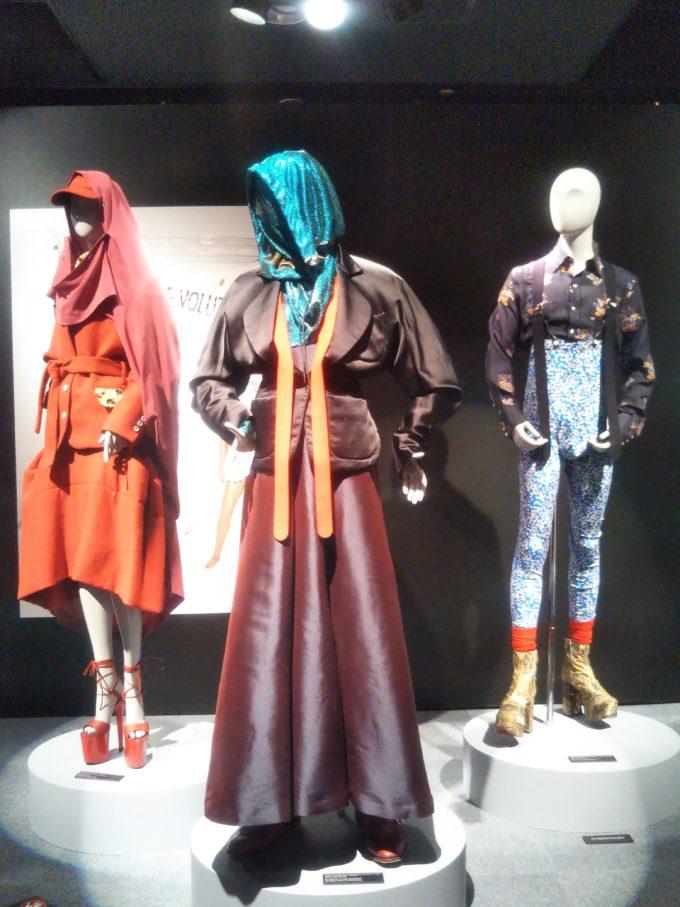 会場の出口付近3体のマネキンにも2018年~2019年秋冬コレクションを着て展示されてました