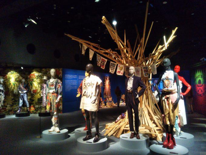 会場の中央あたりに6体のマネキンと木のツリーが展示