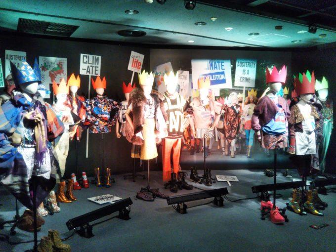 Vivienne Westwoodの展覧会get a life!の展示品にはデモ活動をしているように見える人形たち