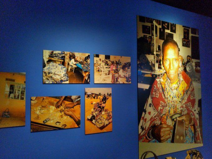 アフリカの女性が物を制作している写真が壁に飾られてました
