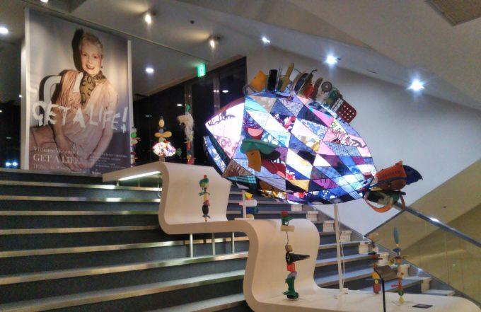Vivienne Westwoodの展覧会get a life!の会場へ向かう階段にも魚の作品が展示されてました