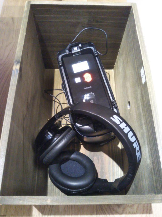 机の下の木箱にVRとヘッドホンが入ってます(*実物)