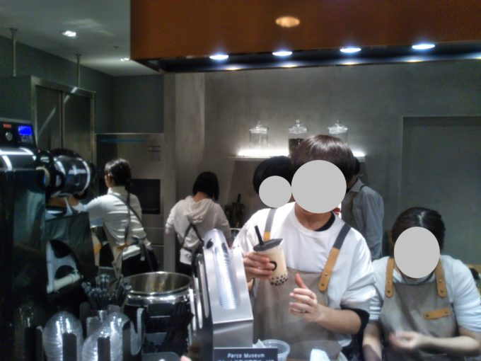 厨房のなかで忙しそうにスタッフの方々が作業している