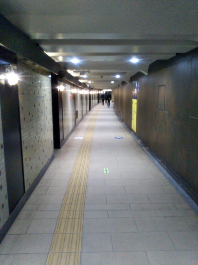 東京メトロ銀座線神田駅から6番出口に向かう通路の壁にある照明がノスタルジーな雰囲気