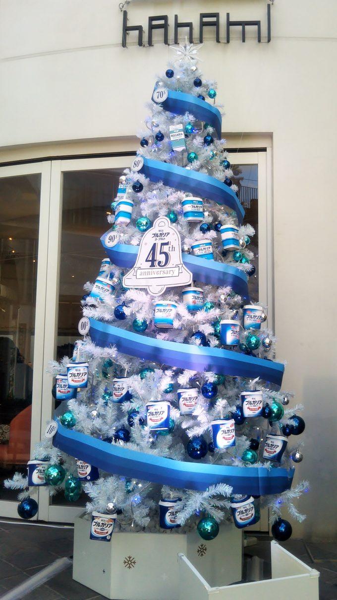 merryブルガリアカフェの外観にはヨーグルトの空き箱を使ったクリスマスツリーがキレイにディスプレイ!