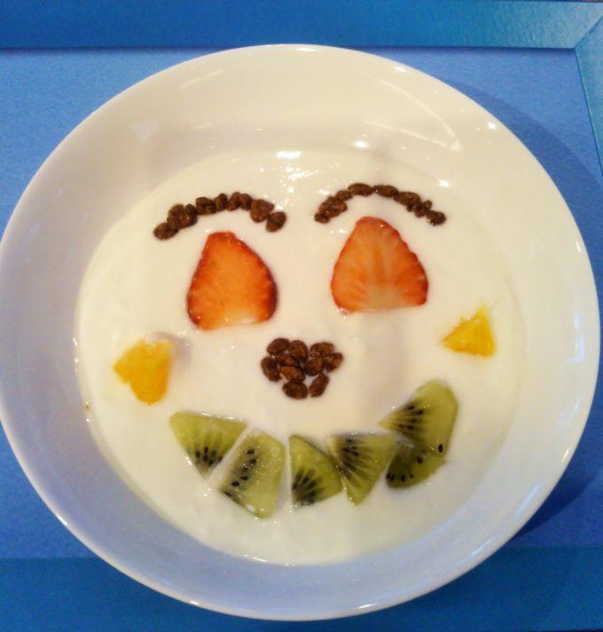 雪だるまの顔をイメージしてフルーツとチョコフレークで作ってみた。