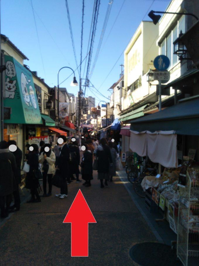 谷中ぎんざ商店街の道を真っ直ぐ歩きます。