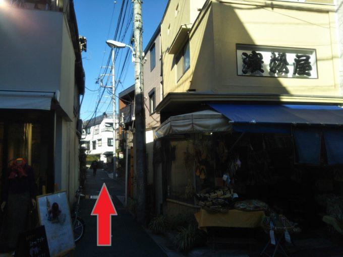 100円ショップ手前の左側に洋服屋、右側に履物屋の間の道を真っ直ぐ歩きます。