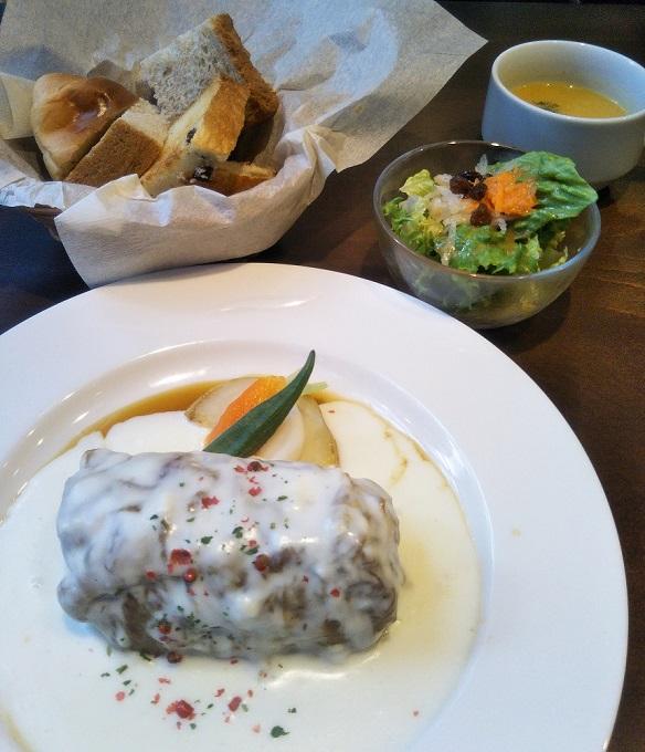 ホワイトソースのロールキャベツとセットのサラダ・スープ・パン