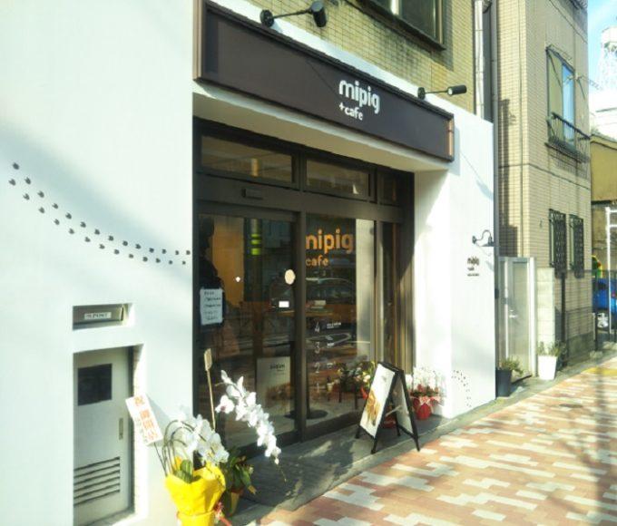 mipigcafeの入口の壁にはブタさんの足跡がお店に向うデザインがカワイイ!