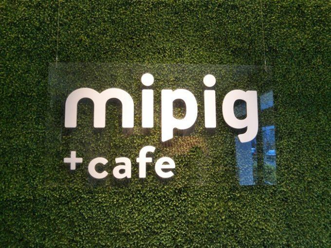 お店に入ると人口芝生風の壁の上にデザインされたお店のロゴがインパクトある!