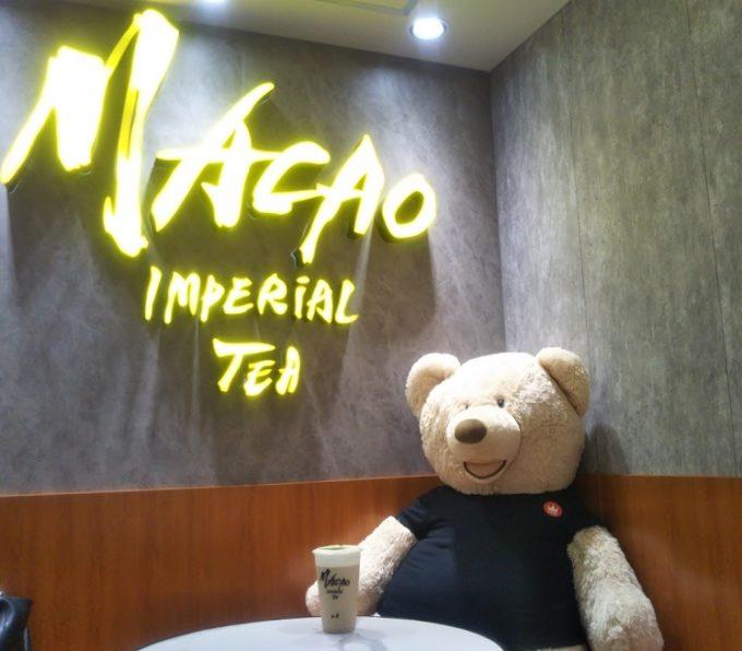 """マカオインペリアルティーのマスコットキャラクター""""レインボー""""はお店のなかにもいたよ!"""