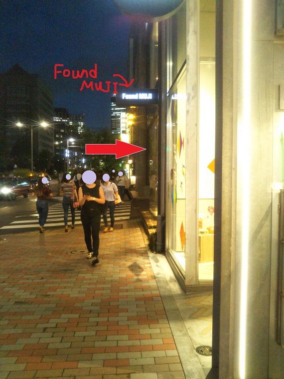 右手に見えてくるFound MUJIのお店の脇道をすぐ右に曲がるよ