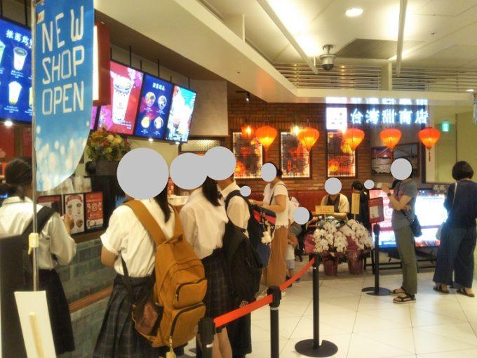 台湾甜商店 ソラマチ店を別角度で見るとイートイン席が台湾のカフェみたい