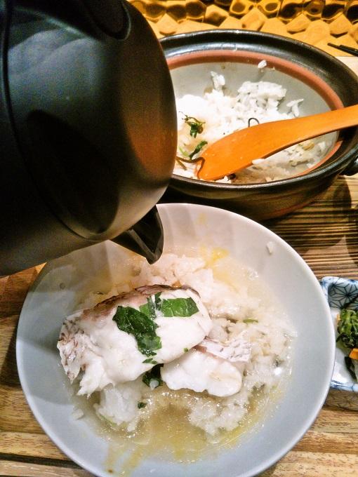 ポットの出し汁を茶碗に注ぐと、ふんわりいい香り!【魚盛コレド室町テラス】