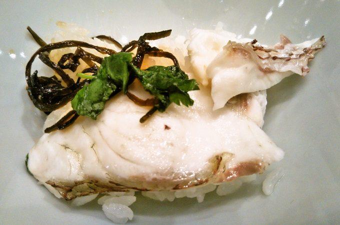 茶碗に食べる分のご飯と鯛をのせてるよ!【魚盛コレド室町テラス】