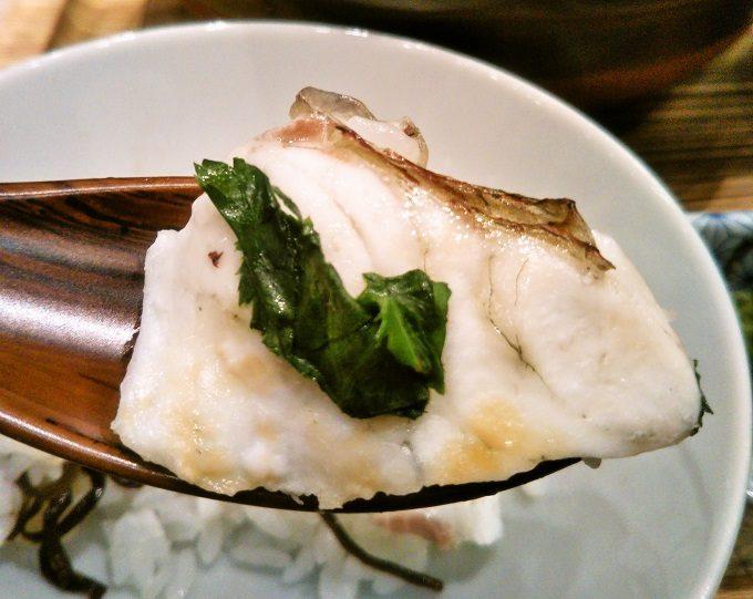 スプーンに鯛とご飯をのせて、いただきま~す!【魚盛コレド室町テラス】