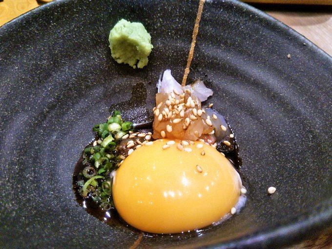 鯛のりゅうきゅうの小鉢には卵の黄身・ネギ・白ゴマ・ワサビ、彩もキレイで少しかけてある醤油が食欲をそそる!【魚盛コレド室町テラス】