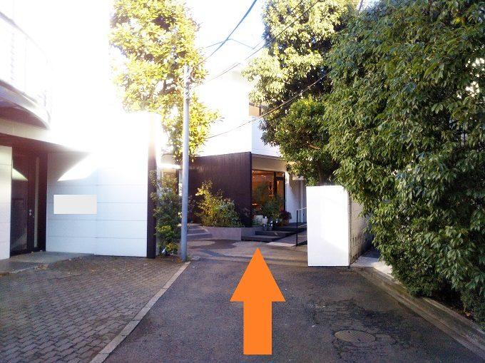 プラチナ通りから右の脇道を歩くとアロウブ白金台(A L'AUBE)の入口がすぐ見えるよ!